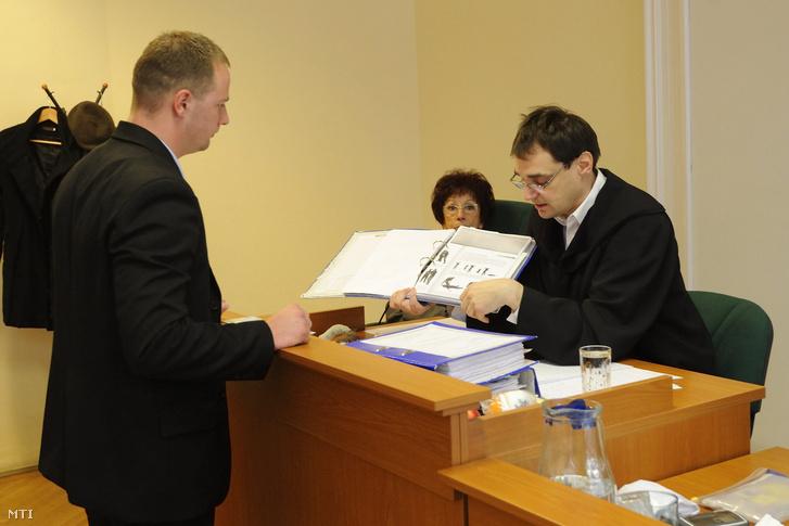 Tóth Tibor bíró bemutatja a szakszerű bilincselést ábrázoló képsorozatot P. L. P. rendőr törzsőrmester elsőrendű vádlottnak a Szaúd Mohamed al-Marzúki egyesült arab emírségekbeli sakkvezetõ 2012 júniusi bántalmazásával kapcsolatos ügy elsőfokú tárgyalásán a Szegedi Törvényszéken 2014. március 11-én.