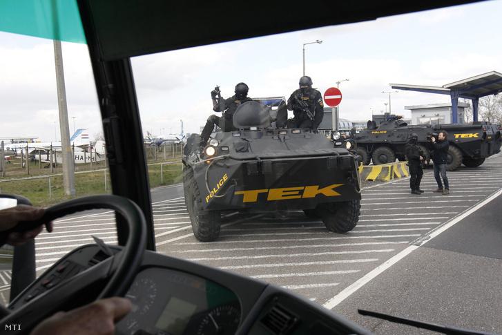 TEK páncélozott autó és fegyveresek a Liszt Ferenc Nemzetközi Repülőtéren 2016. március 22-én