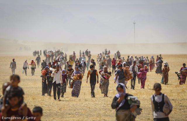 A Szindzsár-hegységbe menekülő jazidiak 2014 augusztusában