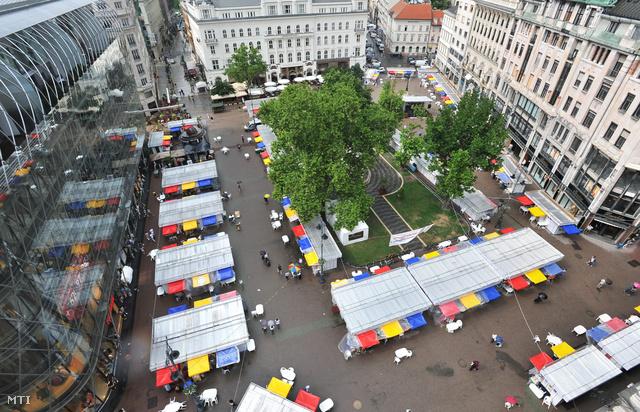 A tavalyi Könvyhét a Vörösmarty téren