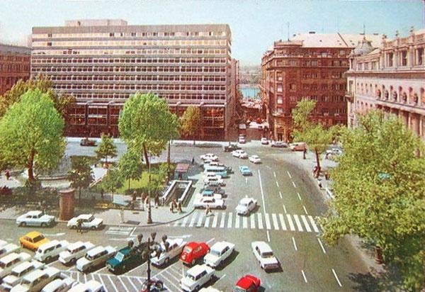 Időutazás: Újból parkoló lesz a Vörösmarty tér, mint a hetvenes években (forrás: mienkahaz.blog.hu)