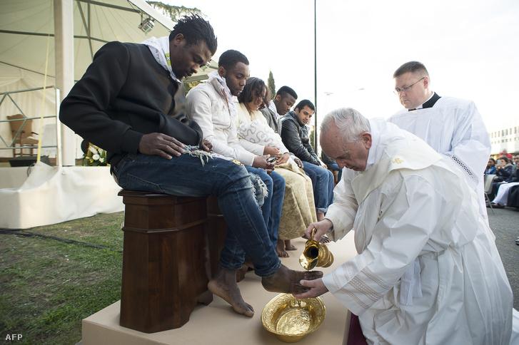 Menekültek lábát mossa a pápa Castelnuovo di Portoban