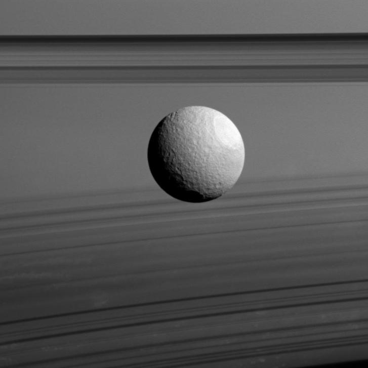 A Szaturnusz előtt elhaladó Tethys a Cassini felvételén