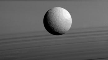 A Szaturnusz holdjai fiatalabbak a dinoszauruszoknál