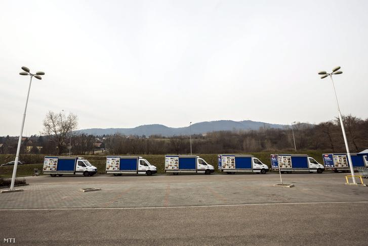 Kiszállító furgonok várakoznak egy áruház előtt