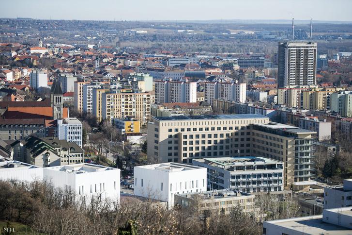 A Pécsi Tudományegyetem felújított 400 ágyas klinikaépülete (középen) Pécsen 2015. január 13-án.