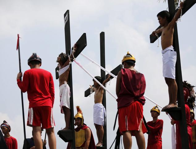 Jézus és a két lator szerepét eljátszó önmagukat keresztfára szögeztetett vezeklők a Fülöp-szigeteki San Fernandóban