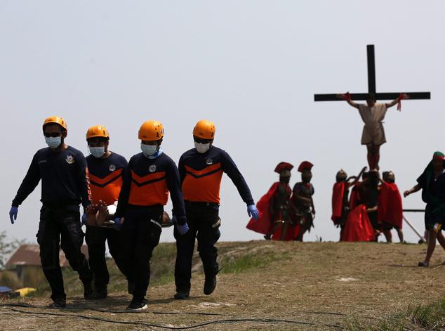 Ezen a napon a Fülöp-szigetek több településén keresztre feszíttetik magukat vezeklő férfiak és nők, hogy Jézus Krisztus szenvedését átélve megtisztuljanak bűneiktől.