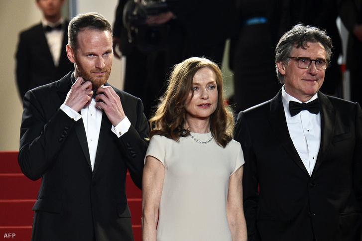 A fészkelődő Joachim Trier, és a profi Isabelle Huppert és Gabriel Byrne a vörös szőnyegen Cannes-ban