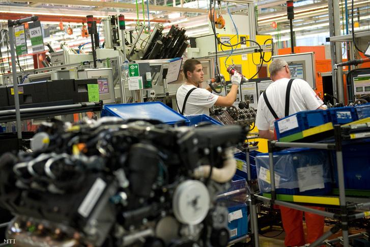 Munkások motorblokkokat szerelnek az Audi gyárban Győrben.