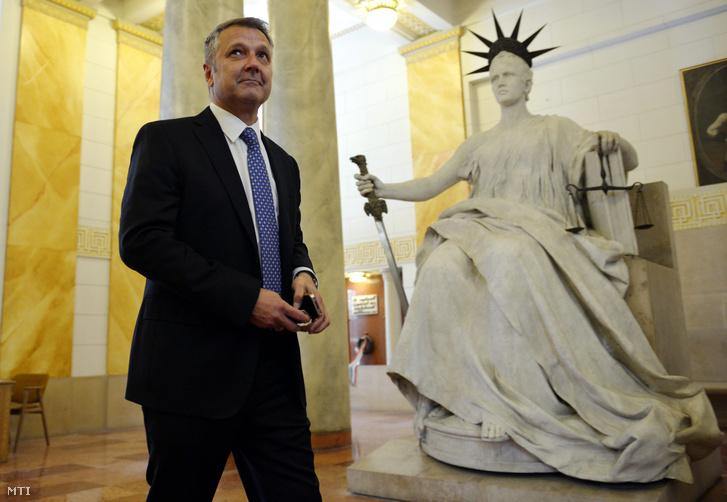 Molnár Gyula volt újbudai szocialista polgármester az ellen hivatali visszaélés vádja miatt indult per harmadfokú tárgyalása után a Kúrián 2014. május 20-án.