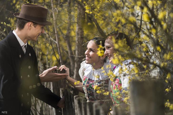 A Nyírség Táncegyüttes tagjai húsvéti népszokásokat elevenítenek fel a Sóstói Múzeumfaluban Nyíregyházán.