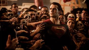 A negatív kritikák ellenére 424 millió dollárral nyitott a Batman Superman ellen