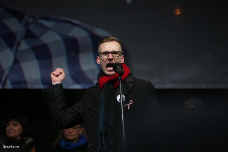 Pukli István, a zuglói Teleki Blanka gimnázium vezetője március 15-én, a Kossuth téren jelentette be a szerda reggeli országos munkabeszüntetést.