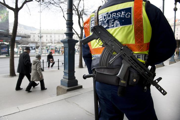 Rendőr géppisztollyal a budapesti Nyugati téren 2016. március 25-én, a kettes fokozatú terrorkészültség elrendelése utáni harmadik napon.