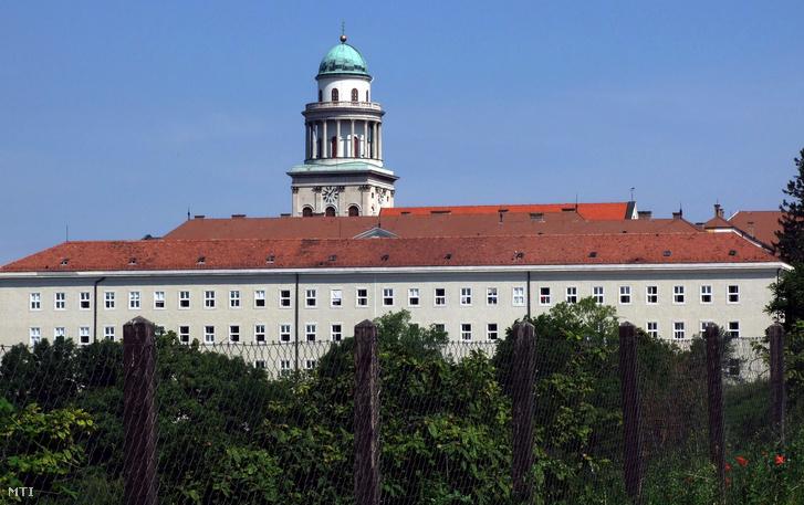 A Pannonhalmi Bencés Gimnázium, Egyházzenei Szakközépiskola és Kollégium a Pannonhalmi Bencés Főapátsággal egybeépült, 1939-ben emelt épülete a Szent Márton-hegyen, a háttérben a bazilika tornya.
