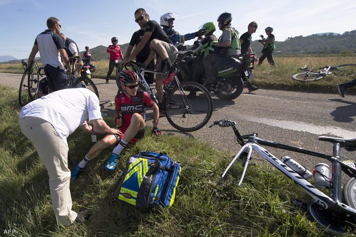 Egy kerékpáros bukás után a Critérium du Dauphiné ötödik szakaszán, 2014. június 12-én.