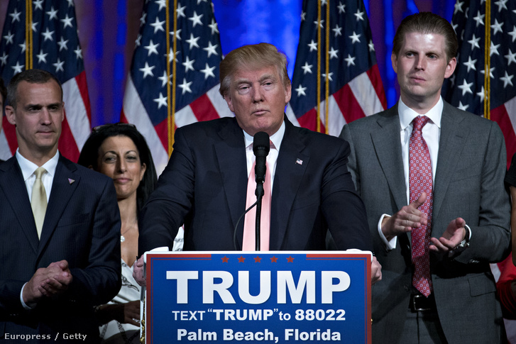 Corey Lewandowski (b) és Donald Trump (k)
