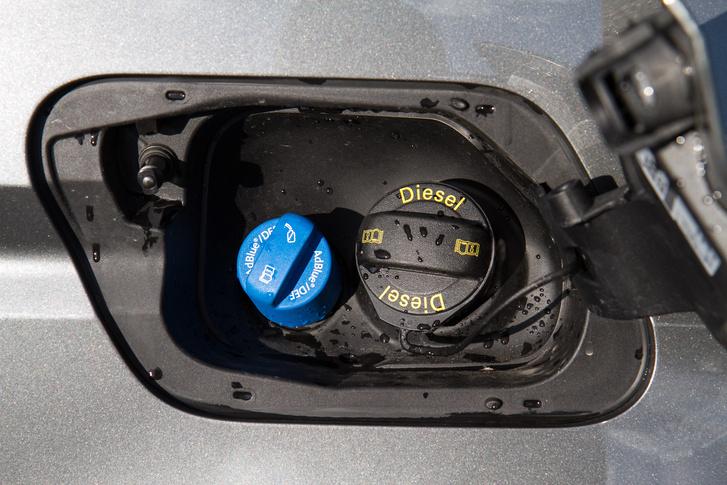 Két üzemanyaggal megy