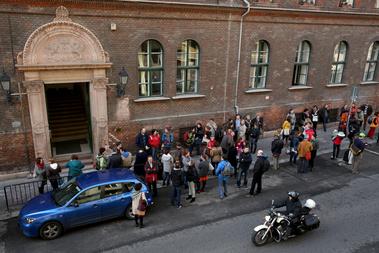 Tüntetők a Batthyányi Lajos iskola előtt