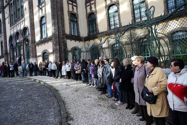 Pukli beszéde után a tanárok, diákok és szimpatizánsok élőlánccal vették körbe az épületet.