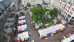 Eldőlt: marad a Vörösmarty téren a Könyvhét