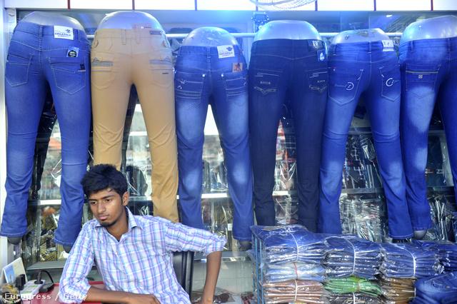 Bangladeshi munkás támasztja a kész termékek polcát
