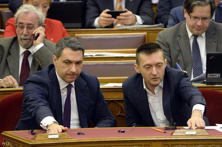 Lázár János Miniszterelnökséget vezető miniszter és Rogán Antal, a Miniszterelnöki Kabinetirodát vezető miniszter szavaz az Országgyűlés plenáris ülésén 2016. március 30-án