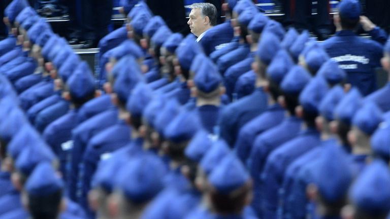 Szűrő kerül Orbán és a titkosszolgálatok közé