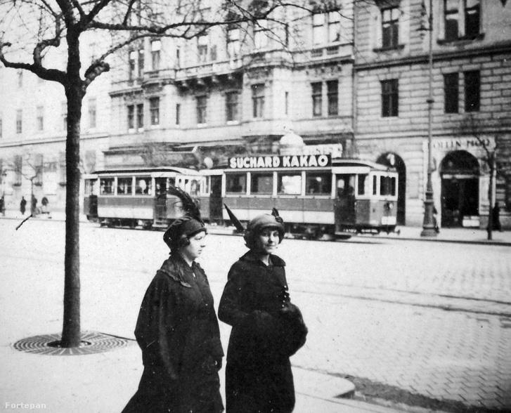 Egy barna csíkos, kompromisszumos sárga villamos 1927-ből a Ferenc körúton