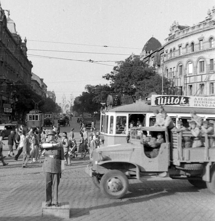 A villamosok 1948-ig az út két oldalán jártak. Itt épp a Váci út előtt irányítja a forgalmat egy rendőr a háború utáni években, a mai Nyugati téri felüljáró helyén. Háttérben a Lehel téri templom