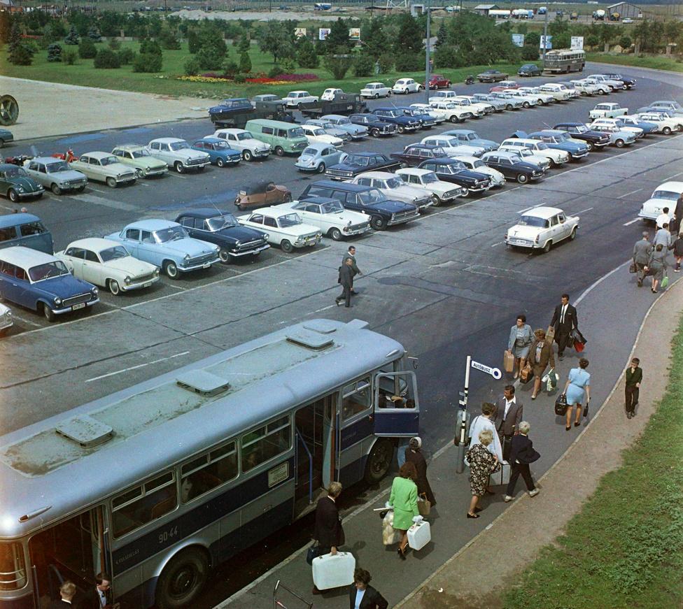 Aki repülővel érkezett Budapestre, az a legtöbbször autóbuszra szállt, még ha olyan elegáns is volt, mint ez az öltönyös úriember. Sehol egy gurulós bőrönd, sehol egy taxi, és az autóállomány se túl változatos. Viszont az ország kapui voltak az első helyek, ahol nyugati mintára megjelentek az óriásplakátok, mielőtt elöntötték volna a várost. A fehér Škodával pedig sikerült a válogatásunkba csempészni egy tanulóvezetőt is.