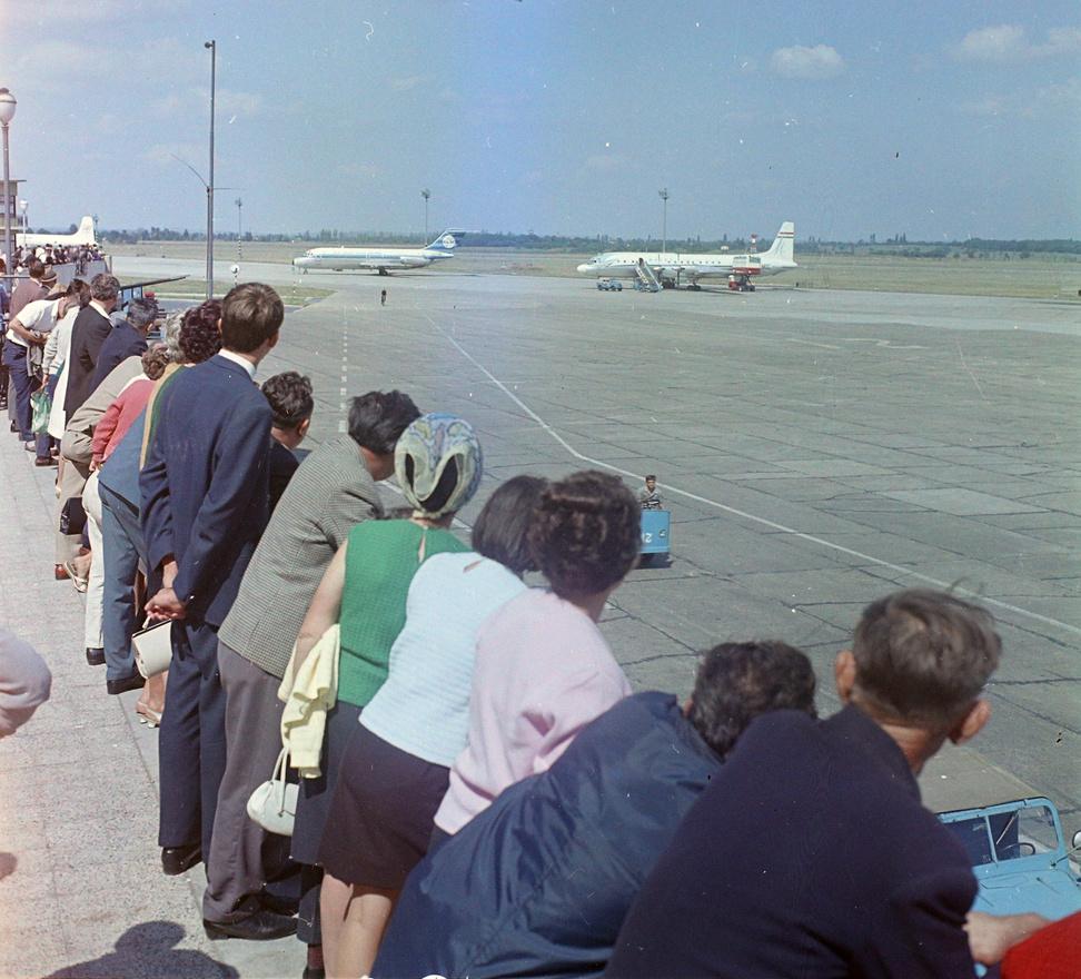 Kicsivel odébb működött Budapest egy másik kapuja, a Ferihegyi Repülőtér. Még a háború előtt kezdték kiépíteni, de a jópofa, repülőre emlékeztető épületet csak 1950-ben adták át. A ma I. terminálként ismert komplexum legizgalmasabb eleme a kilátóterasz volt. Mai ésszel felfoghatatlan, hogy oda boldog boldogtalan teljesen ingyen, mindenféle jegy nélkül besétálhatott és nézhette a gépeket, a Follow me kocsikat, a targoncákat, meg az egész nagy élő makettet. Remélem nem sokáig árválkodik üresen az épület, hanem tényleg megnyílik benne egyszer a repülőmúzeum.                          A háttérben amúgy egy KLM gép van, ez volt az első nyugati légitársaság, amely 1957-ben landolhatott Budapesten.                          Ami azonban még érdekesebb: az a fekete pont a betonon egy kerékpáros! Hiába na, más idők voltak.