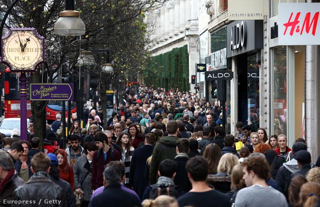 Vásárló tömeg decemberben egy londoni bevásárlóutcában