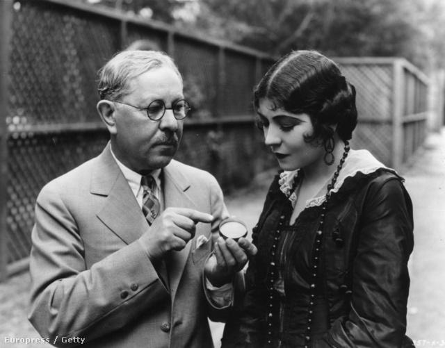 Kísérjük végig Factor életét időrendi sorrendben. Itt éppen 1925-öt írunk, azaz 91 évvel ezelőtt járunk és Factor éppen Renee Adoree-nek mutat be egy újfajta rúzst.