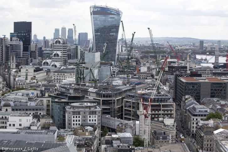 Épülő házak és felhőkarcolók London üzleti negyedében