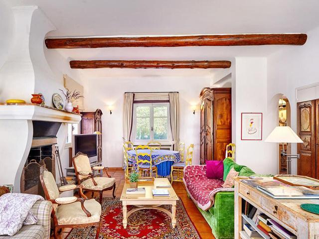 Körülbelül 6 felnőtt és 4 gyerek fér el kényelmesen a házban.