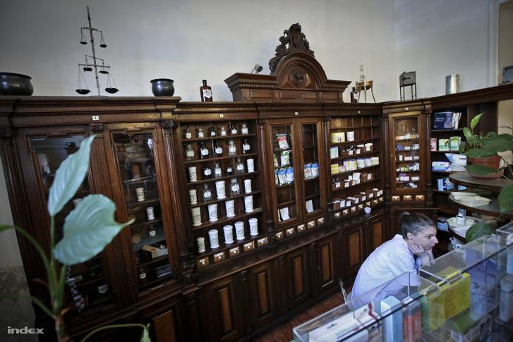 A József körút 64. műemlékpatikájában Auberné Bede Szilvia gyógyszerész fog bemutatót tartani a nyílt napon a gyógyszerkészítés hagyományos eszközeiről.