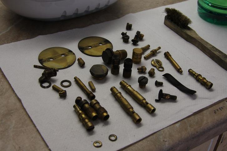 A régi karburátorokban rengeteg a sárgaréz alkatrész