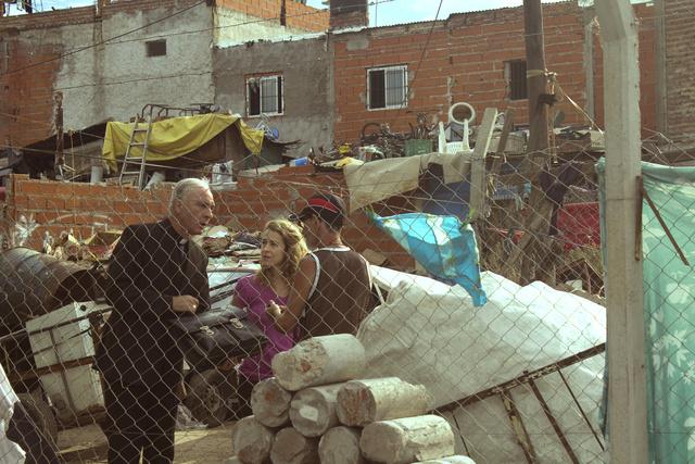 Nap mint nap elsétált a nyomornegyedekbe, hogy találkozzon az ott élő emberekkel.