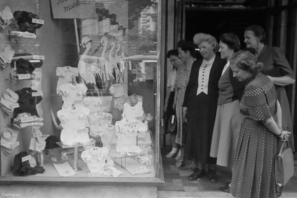 """Ahogy kezdettől fogva, úgy 1945 után is a körút volt az a hely, ahol """"naphosszant legélénkebben kering és pezseg a nagyvárosias élet vérének körforgása."""" A körúti üzleteknek nagy volt a forgalma. A századelőn még behívó-fiúkra volt szükség, akik a bolt előtt fel-alá sétáltak és rábeszélték az arra menőket, hogy vásároljanak – ezek a negyvenes évek végére feleslegessé váltak, a kapitalizmusban ismeretlen árubőség és a kedvező árak miatt. Az eredeti fa- és fémportálok közül kevés élte túl a II. világháborút, amelyek mégis, azokat a hatvanas években """"az épületek földszinti üzletsorainak városképileg átgondolt homlokzati kialakítása"""" nevében tűntették el."""