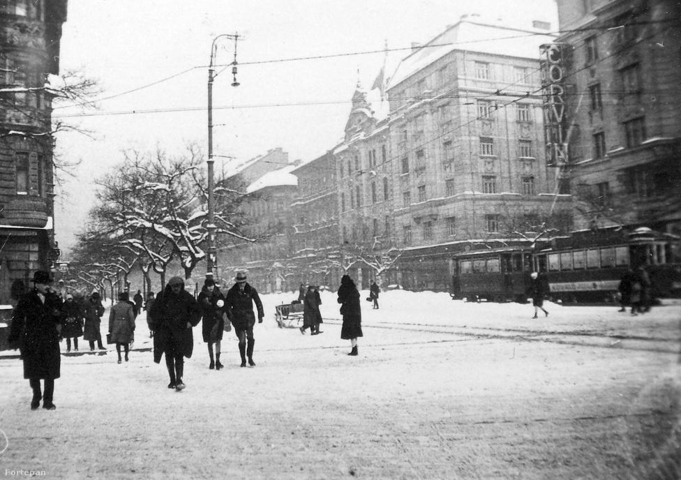 A József körút 1935 telén. Balra a Corvin-házak, a főváros akkori legmodernebb mozijának neonreklámjával. Ez a telek volt a körút utolsó beépítése. A 19. században a Gschwindt-féle Szesz-, Élesztő-, Likőr- és Rumgyár Rt. Komplexuma működött itt (1869-től Józsefváros első közfürdőjével), majd éppen a Nagykörút építése miatt kellett költözniük a városközpontból: a gyár igen kellemetlen szagot árasztott a szomszédságában levő pompás palotákra. Ezután hosszú ideig tenisz- és jégpálya működött a megüresedett telken, ahol 1927-1928-ban épültek fel a Corvin-házak.