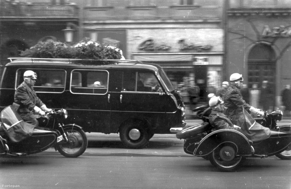 Egy másik temetés, vagyis újratemetés 1962-ből. Károlyi Mihályt, Magyarország egykori miniszterelnökének hamvait 7 évvel franciaországi halála után hozták haza. Az oldalkocsis motorok épp a Lenin (ma Teréz) körúton száguldanak.