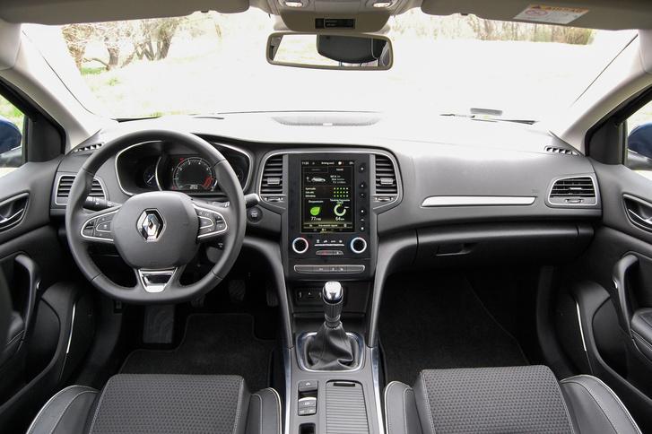 ...a futurisztikusabb, menőbb Renault-műszerfal tetszik-e inkább.