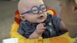 Ez a baba most látja először rendesen az anyukáját