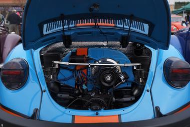 Nekem túl sok a teljes autó Gulf színekbe borítása, de a motornak nagyon jól áll