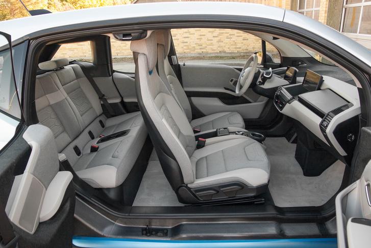 Amikor a villany nem csupán cifra nyomorúság, hanem önálló stílus: ez a BMW i3 belseje