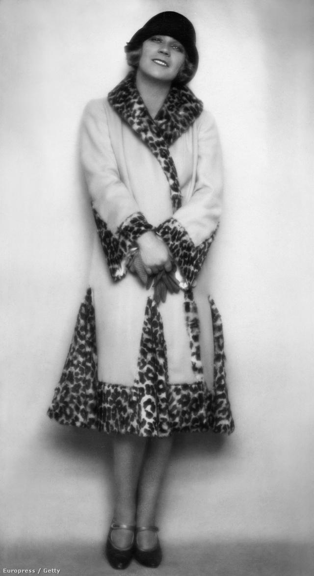 Lisa Kolbe operetténekest 1925-ben Bécsben fotózták le ebben a mai napig trendi kabátban.