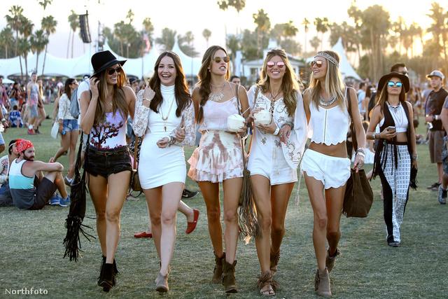 Alessandra Ambrosia és barátnői  világos színű, combvillantós ruhákban fesztiváloztak a tavalyi Coachellán.