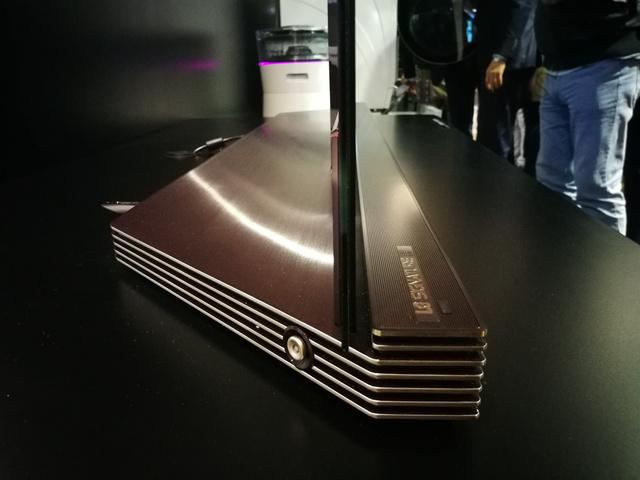 Íme a baromi vékony TV, amit azért nem visz el a huzat, mert egy ilyen masszív talpba építették bele.